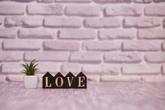 14-ое февраля День 14 месяца на деревянном календаре с цветком игрушки на белой предпосылке кирпича valentines дня счастливые чел стоковые фотографии rf