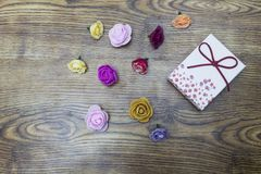 14-ое февраля Карточка влюбленности Day Подарочная коробка с группой в составе розы над деревянным столом Взгляд сверху с космосо Стоковые Изображения RF