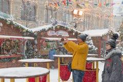 4-ое февраля 2018 Москва Россия Иностранные туристы фотографируют визирования европейского города столицы на черни стоковые фото
