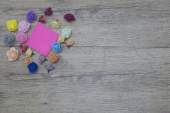 14-ое февраля предпосылка цветет древесина ногти 2018 дня валентинки и стикер с космосом экземпляра для текста Стоковые Изображения