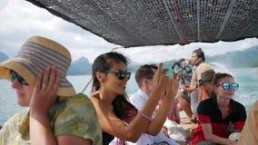 1-ое февраля 2017 - Phang Nga, Таиланд Молодые счастливые ветрила девушки на шлюпке длинного хвоста с туристами и принимать изобр видеоматериал