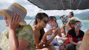 1-ое февраля 2017 - Phang Nga, Таиланд Туристы смешанной гонки плавая на шлюпке длинного хвоста HD акции видеоматериалы