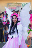 27-ое февраля 2015 Baguio, Филиппины Фестиваль цветка Baguio Citys Panagbenga Неопознанные люди на параде в костюмах масленицы Стоковые Изображения