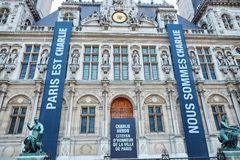 18-ОЕ ЯНВАРЯ 2015 - ПАРИЖ: Парижский здание муниципалитет (гостиница de ville) с мемориальными знаменами Стоковое Фото