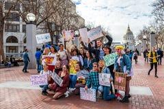 19-ое января 2019 Сан-Франциско/CA/США - группа в составе друзья участвуя к событию в марте женщин держа различные знаки стоковая фотография