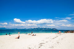 19-ое января 2014: Турист на пляже в Таиланде, Азии Po-da Isla Стоковое Изображение