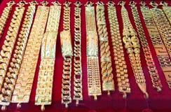 Ожерелье золота на предпосылке магазина золота Стоковое Фото