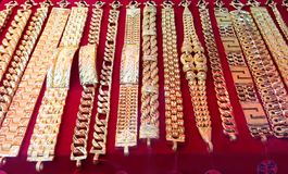 Ожерелье золота на предпосылке магазина золота Стоковые Изображения RF