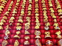 Ожерелье золота на предпосылке магазина золота Стоковая Фотография RF