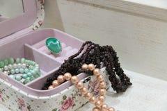 Ожерелье жемчуга и венисы в розовой коробке Стоковые Изображения