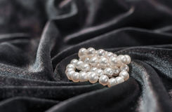 Ожерелье жемчуга на бархате Стоковые Изображения RF