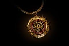Ожерелье золота с знаком птицы на черноте Стоковое Фото