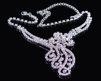 Ожерелье диамантов снятое против черной предпосылки стоковая фотография