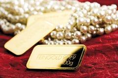 Ожерелье и золото в слитках жемчуга стоковые изображения rf