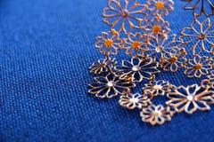 Ожерелье Bijoux на предпосылке ткани Стоковые Изображения RF