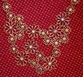 Ожерелье Bijoux на предпосылке ткани Стоковые Изображения