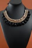Ожерелье ` s женщины на черном кожаном манекене Стоковые Фотографии RF