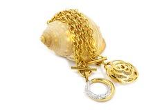 2 ожерелья дам, золото с кристаллами с seashell Стоковое Изображение