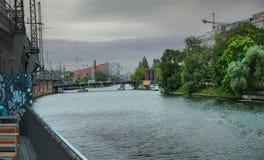 Оживление Берлина, Германии, реки Речной берег имеющийся большой вектор иконы города Ландшафт города с рекой и домами стоковое фото rf