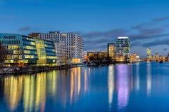 Оживление реки в Берлине вечером с современными зданиями стоковое изображение