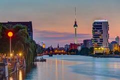 Оживление реки в Берлине после захода солнца стоковое изображение rf