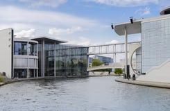 Оживление реки в районе правительства Берлина Mitte со своим стоковые изображения