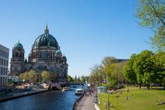 Оживление реки с парками и куполом берлинца стоковые изображения rf