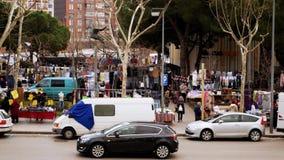 Оживленная улица на дневном времени с дорогой вполне двигая автомобилей, людей идет на рынок видеоматериал
