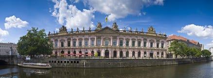 Оживление реки и музей Zeughaus, Берлин стоковые фотографии rf