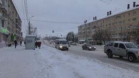 Оживленные улицы маленького города сток-видео
