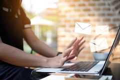 Ожидание бизнес-леди для того чтобы получить электронную почту от компьтер-книжки компьютера стоковая фотография
