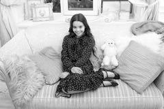 Ожидание девушки маленького ребенка для настоящего момента xmas E r ждать santa Ребенк с игрушками небольшая девушка стоковая фотография rf