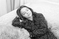 Ожидание девушки маленького ребенка для настоящего момента xmas E r ждать santa r небольшая девушка спать на стоковое фото