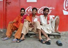 Ожидание людей на станции, задержанных поездах. Стоковые Изображения