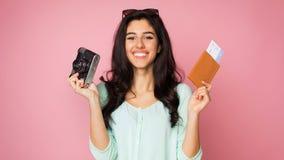 Ожидание на каникулы Девушка с ретро камерой и билетами стоковые изображения rf