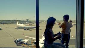 Ожидание семьи для их полета на салон авиапорта видеоматериал