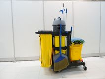Ожидание тележки инструментов чистки для очищать Ведро и комплект оборудования чистки в офисе обслуживание привратника дворницкое стоковые фотографии rf