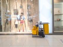 Ожидание тележки инструментов чистки для уборщика Ведро и комплект оборудования чистки в универмаге обслуживание привратника двор стоковые изображения rf
