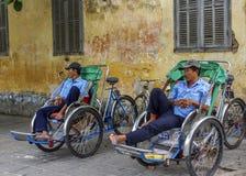 Ожидание 2 водителей рикши для клиентов Стоковые Изображения RF