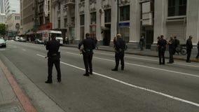 Ожидание офицеров LAPD на блокаде акции видеоматериалы