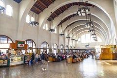 Ожидание людей для поездов внутрь Стоковые Фото