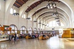 Ожидание людей для поездов внутрь Стоковая Фотография