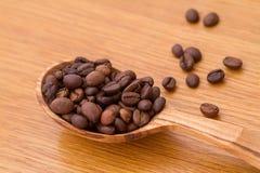 ложка кофе фасолей полная стоковое фото rf