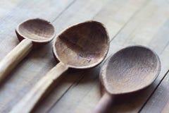 3 ложки кухни деревянных на деревянной доске Стоковые Фотографии RF