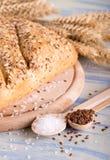 2 ложки с льняными семенами и солью рядом с хлебом Стоковое Изображение RF