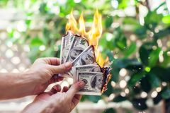 Ожог огня 100 долларов в руке Стоковое Изображение RF