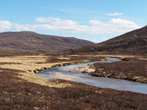 Ожог Geusachan, гора Cairngorms, Шотландия весной Стоковые Изображения RF