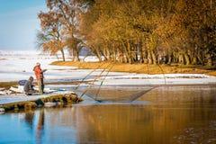 лож льда рыболовства как раз поглотили zander зимы Стоковая Фотография RF