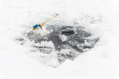 лож льда рыболовства как раз поглотили zander зимы Стоковые Изображения