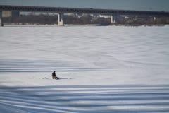 лож льда рыболовства как раз поглотили zander зимы Стоковое фото RF